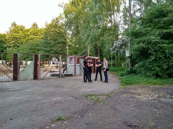 """Парк від тернополян """"охороняють"""" озброєні люди (ФОТО), фото-4"""