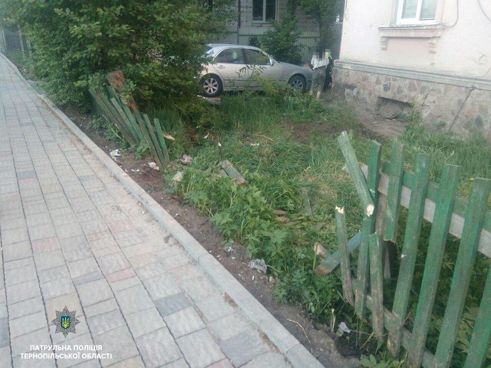 П'яна жінка на «Мерседесі» протаранила паркан і «залетіла» на подвір'я (ФОТО), фото-1