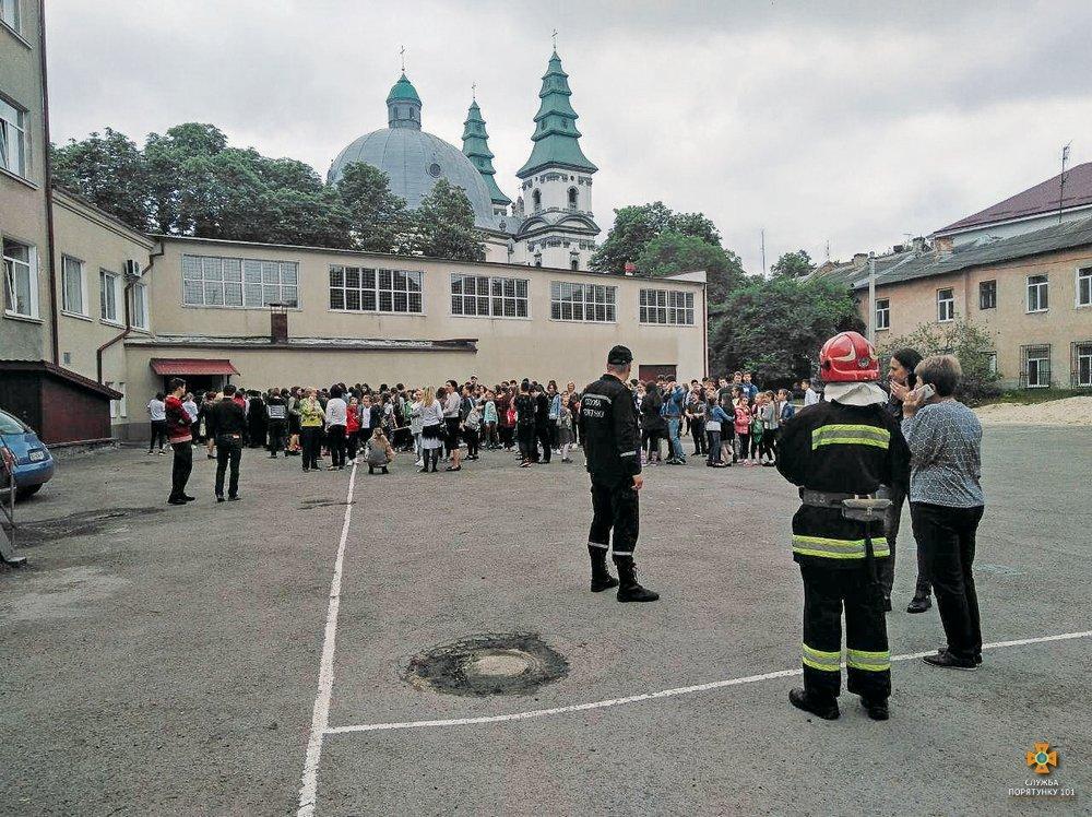"""В тернопільській школі """"розлили"""" ртуть. Евакуювали понад 800 учнів та вчителів (фото), фото-5"""