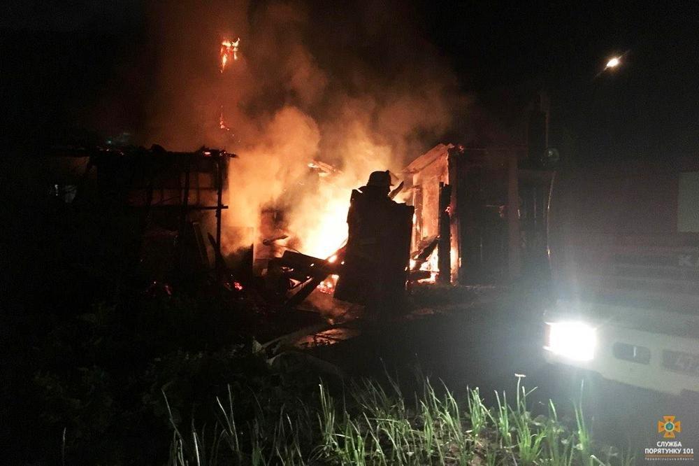 На Тернопільщині посеред ночі загорілася будівля (фото), фото-1