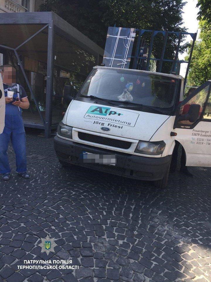 У Тернополі водія, який припаркувався у центрі міста, оштрафували (фото), фото-1