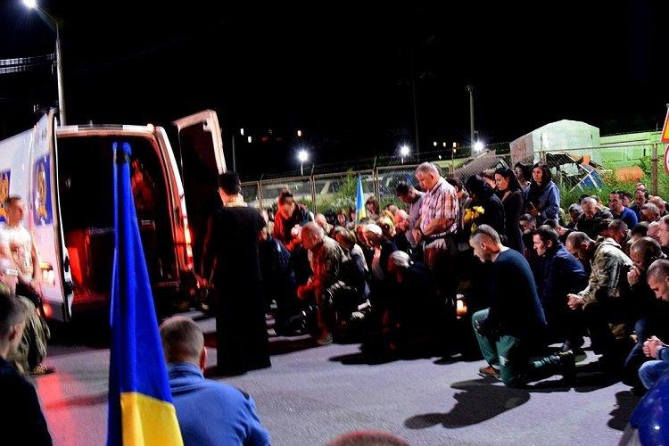 На колінах і зі сльозами на очах: у мережі показали, як Тернопіль зустрів Героя (ФОТО), фото-2