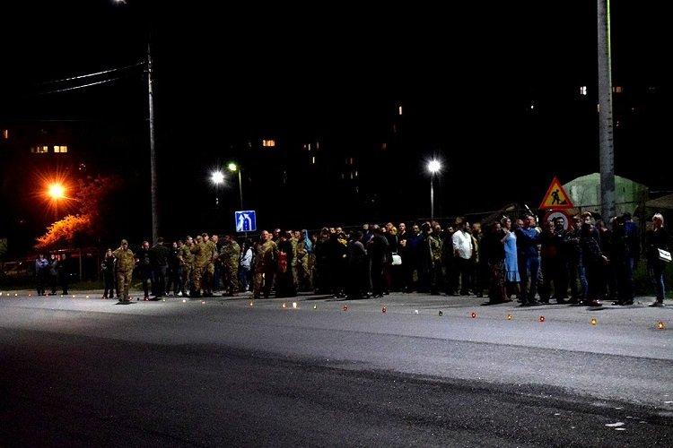 На колінах і зі сльозами на очах: у мережі показали, як Тернопіль зустрів Героя (ФОТО), фото-1