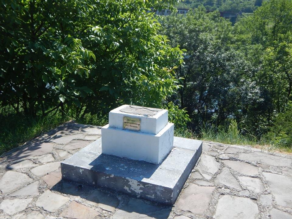 У Заліщиках на Тернопільщині вандали понищили кам'яний хрест, який є пам'яттю в'язням (ФОТО), фото-2