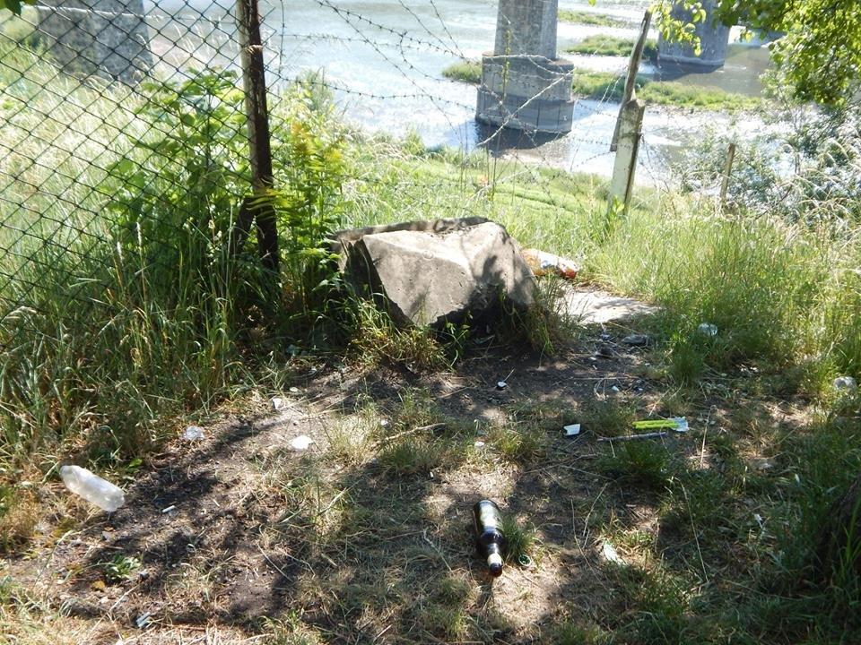 У Заліщиках на Тернопільщині вандали понищили кам'яний хрест, який є пам'яттю в'язням (ФОТО), фото-3
