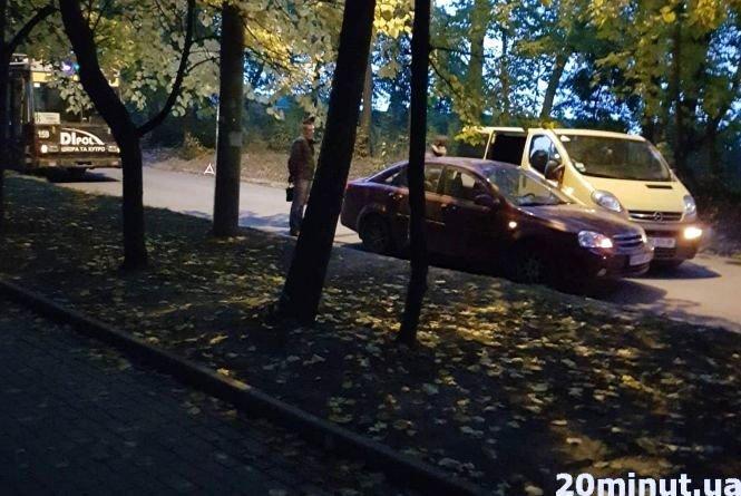 У Тернополі через ДТП не можуть проїхати тролейбуси: на вулиці Морозенка зупинився транспорт (ФОТО), фото-1