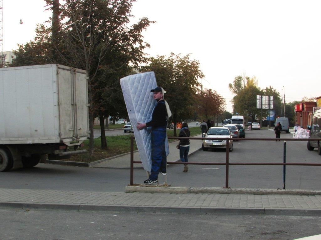 """На одній із вулиць Тернополя """"велетень з матрацом"""" вводить в оману перехожих (ФОТО), фото-1"""