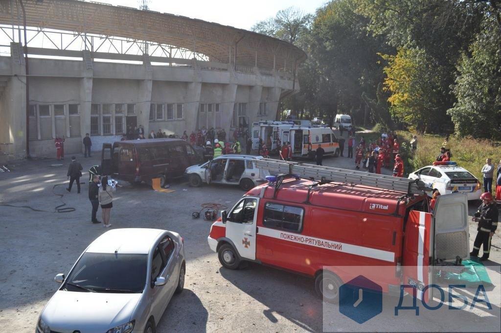 """""""Аварія із п'ятнадцятьма потерпілими"""": тернопільські медики провели масштабні навчання (ФОТО+ВІДЕО), фото-1"""