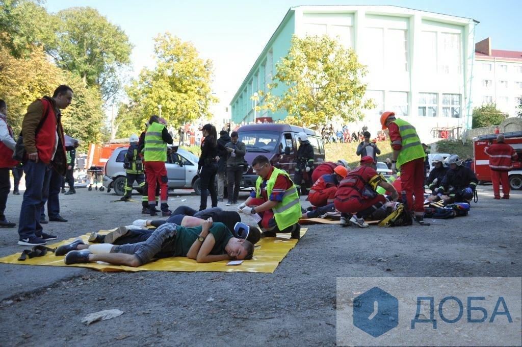 """""""Аварія із п'ятнадцятьма потерпілими"""": тернопільські медики провели масштабні навчання (ФОТО+ВІДЕО), фото-4"""