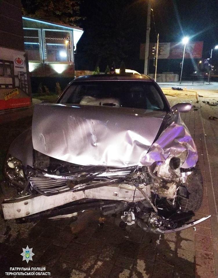 """У Тернополі вночі """"Lexus"""" зіткнувся із """"Chevrolet"""":  автомобілі потрощені, а люди у лікарні (ФОТО), фото-1"""