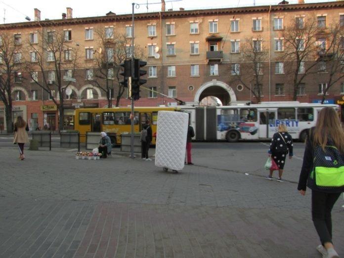 """Готові на все, щоб вирізнитися з натовпу: у центрі Тернополя ходив """"матрац"""" (ФОТО), фото-1"""