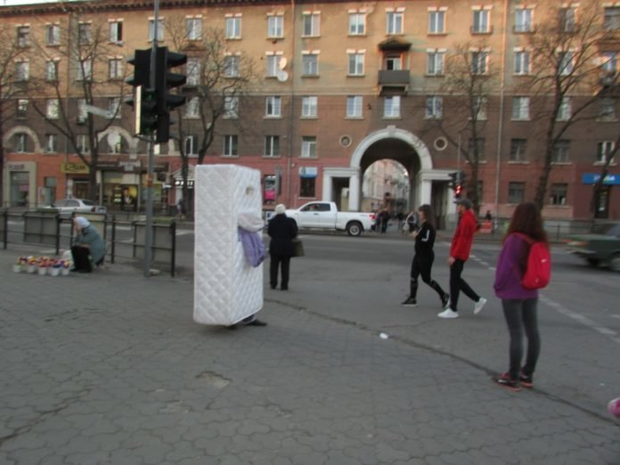 """Готові на все, щоб вирізнитися з натовпу: у центрі Тернополя ходив """"матрац"""" (ФОТО), фото-2"""