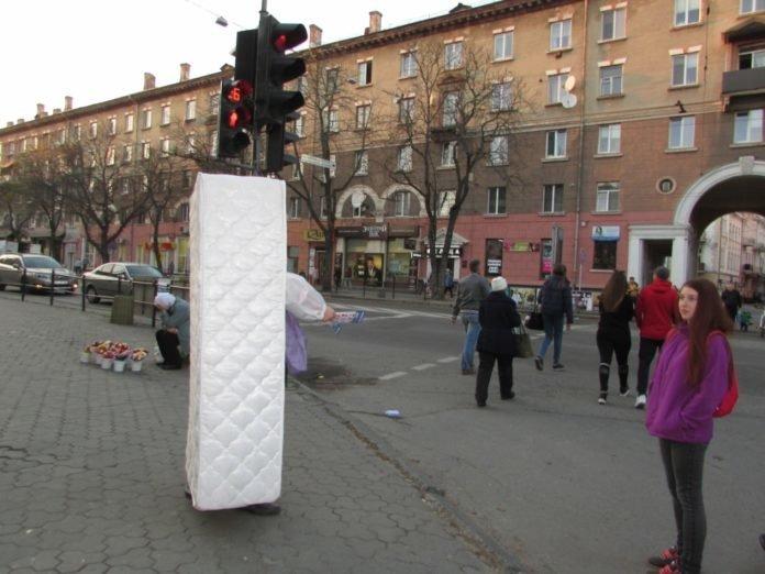 """Готові на все, щоб вирізнитися з натовпу: у центрі Тернополя ходив """"матрац"""" (ФОТО), фото-3"""