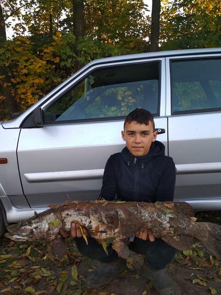 """""""Навіть не думав, що там така ще є риба"""": на Тернопільщині хлопчик зумів впіймати 7-кілограмового річкового хижака (ФОТО), фото-1"""