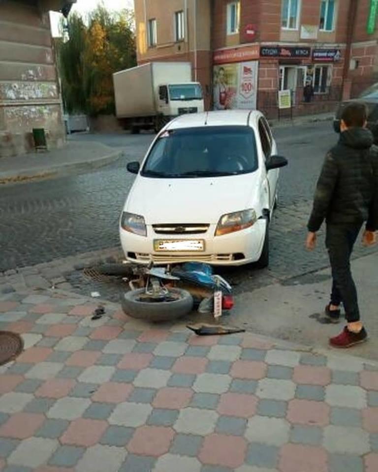 У Чорткові, що на Тернопільщині, посеред вулиці автомобіль наїхав на мотоцикл (ФОТО), фото-1