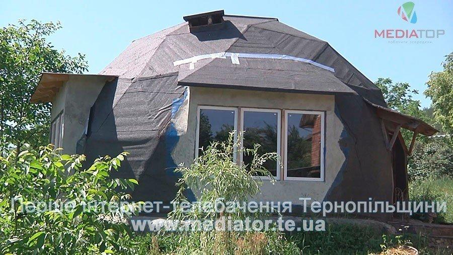 На Тернопільщині чоловік живе у круглій хаті з дерева і соломи вже вісім років (ВІДЕО), фото-1