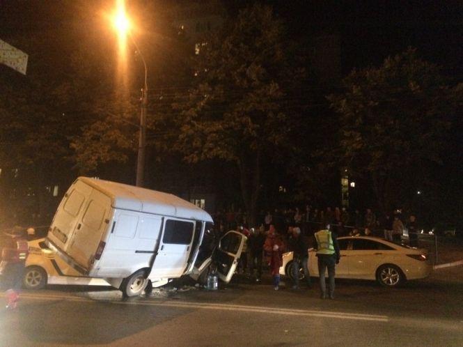 Патрульні їхали на виклик: подробиці дивної ДТП за участі буса та авто поліції в Тернополі, фото-1