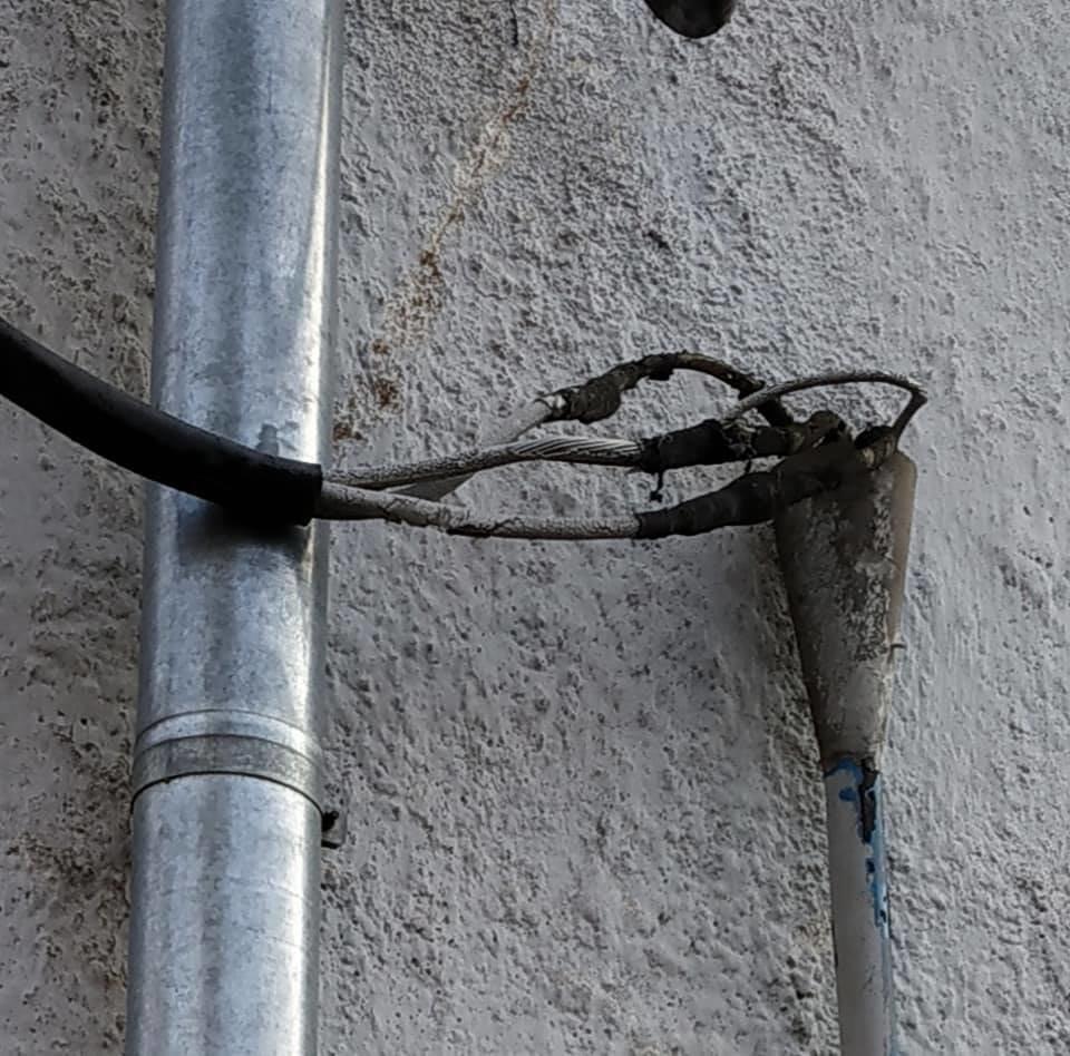 Халатність і недбальство: в центрі Тернополя високовольтний провід становить загрозу для перехожих (ФОТО), фото-4