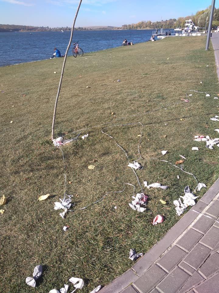 """У Тернополі молода пара, яка щойно одружилась, забула винести свій мотлох, результат - пляж """"Циганка"""" у смітті (ФОТО), фото-2"""
