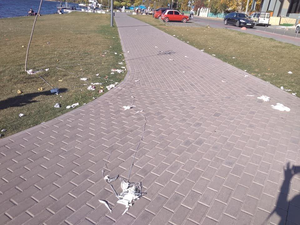 """У Тернополі молода пара, яка щойно одружилась, забула винести свій мотлох, результат - пляж """"Циганка"""" у смітті (ФОТО), фото-1"""
