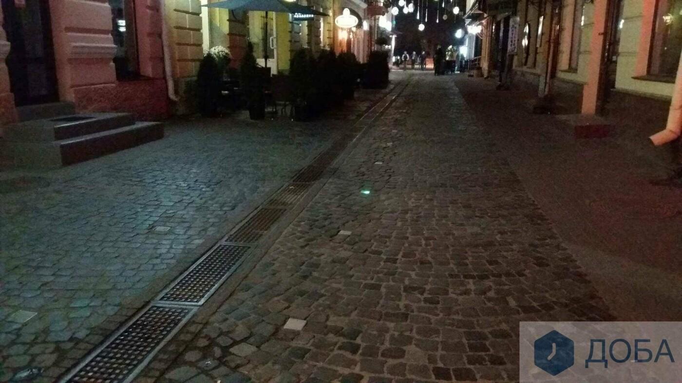Вже не працює частина ліхтарів, які вмонтували у бруківку на вулиці Валовій, що в Тернополі (ФОТО), фото-2