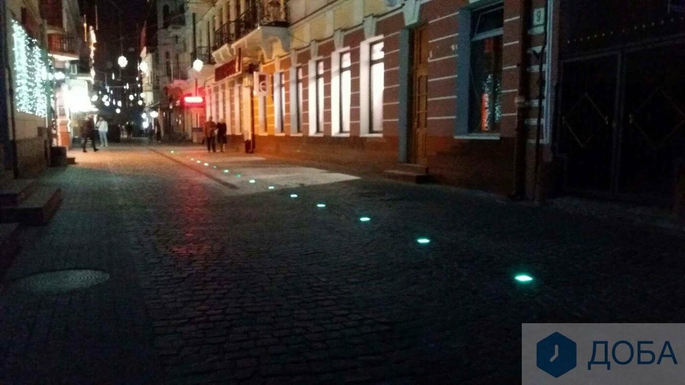 Вже не працює частина ліхтарів, які вмонтували у бруківку на вулиці Валовій, що в Тернополі (ФОТО), фото-1
