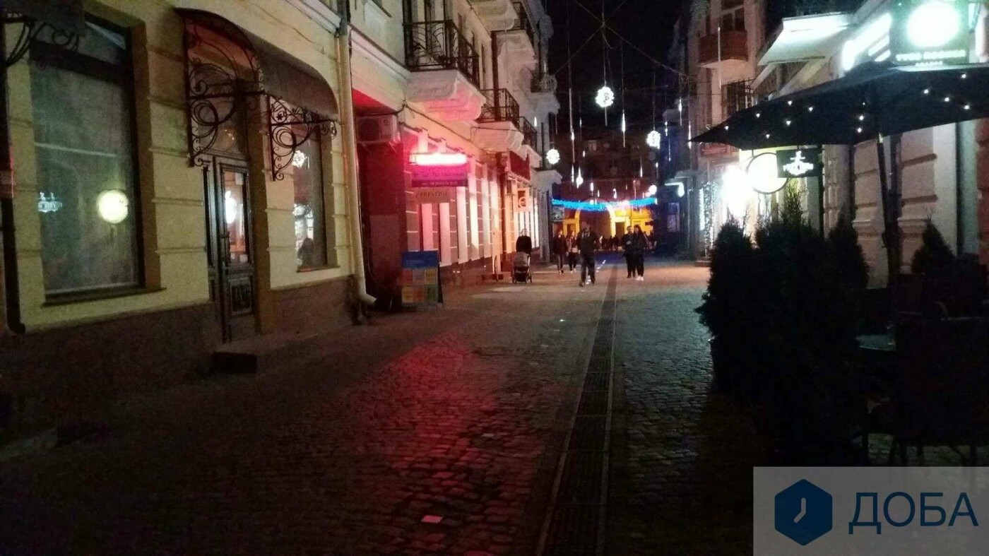 Вже не працює частина ліхтарів, які вмонтували у бруківку на вулиці Валовій, що в Тернополі (ФОТО), фото-4