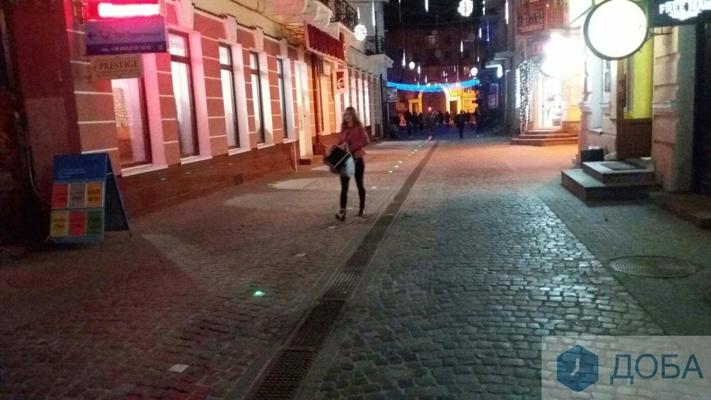 Вже не працює частина ліхтарів, які вмонтували у бруківку на вулиці Валовій, що в Тернополі (ФОТО), фото-3