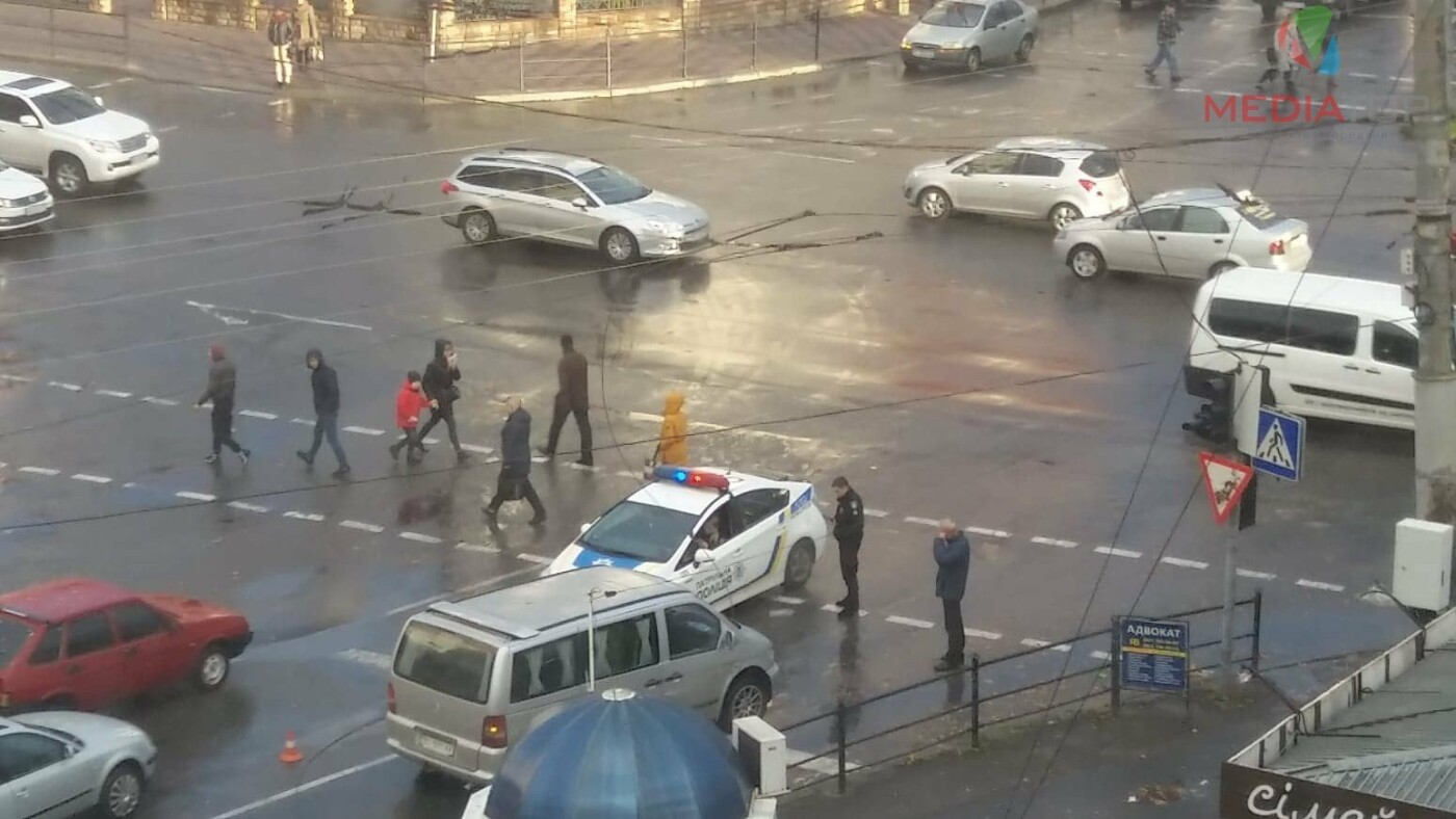 В Тернополі на перехресті на авто впала лінія електропередач (фото), фото-1