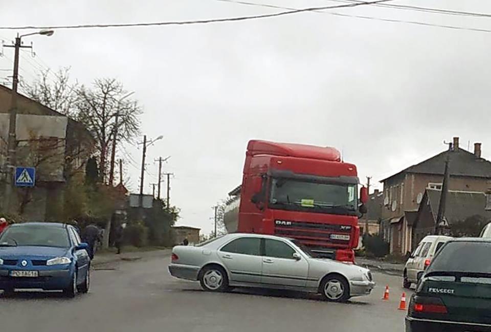 На Тернопільщині аварія: вантажівка зіткнулася із легковиком (ФОТО), фото-1