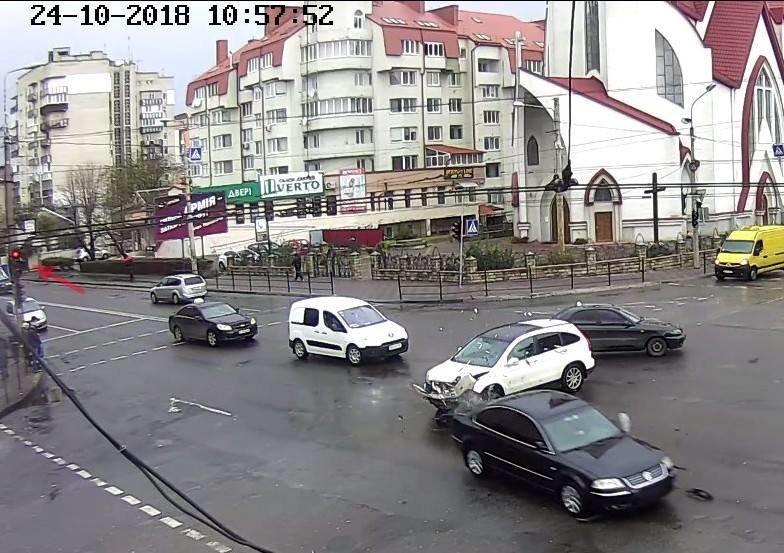 В Тернополі авто без номерів збило парапет та 15 метрів пролетіло тротуаром, є потерпілі (фото, відео), фото-1