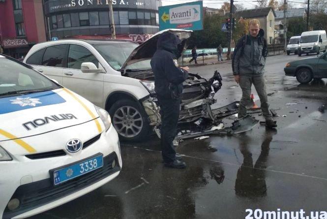 В Тернополі авто без номерів збило парапет та 15 метрів пролетіло тротуаром, є потерпілі (фото, відео), фото-2