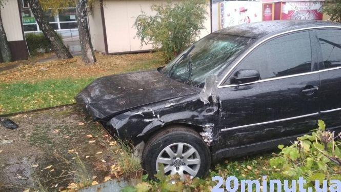 В Тернополі авто без номерів збило парапет та 15 метрів пролетіло тротуаром, є потерпілі (фото, відео), фото-3