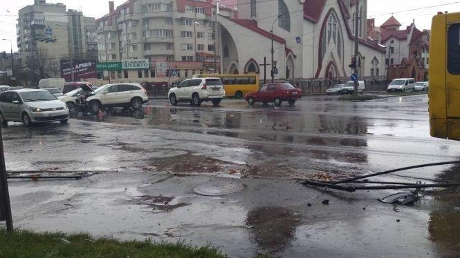 В Тернополі авто без номерів збило парапет та 15 метрів пролетіло тротуаром, є потерпілі (фото, відео), фото-5