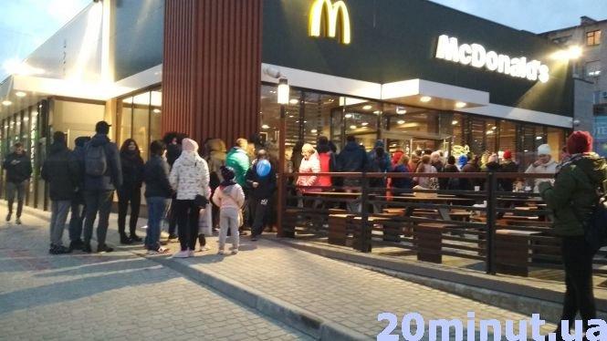 """У тернопільському """"McDonald's"""" черги були аж до дороги: про перший день роботи закладу (ФОТО), фото-1"""