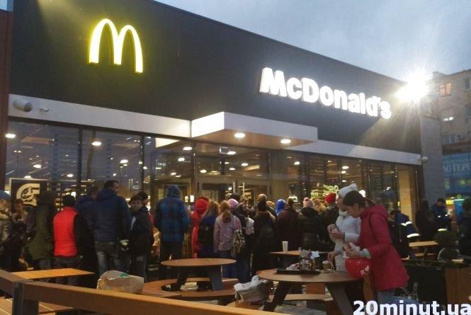 """У тернопільському """"McDonald's"""" черги були аж до дороги: про перший день роботи закладу (ФОТО), фото-2"""