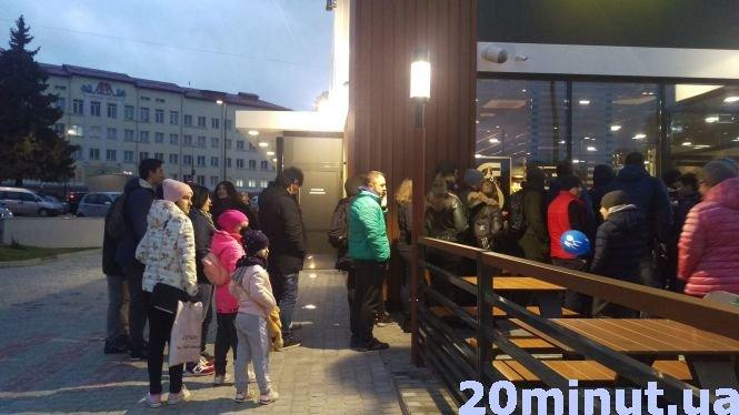 """У тернопільському """"McDonald's"""" черги були аж до дороги: про перший день роботи закладу (ФОТО), фото-3"""