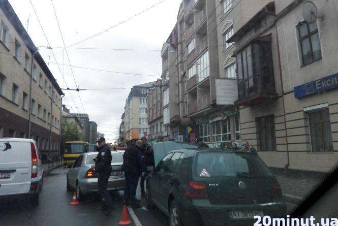 У Тернополі затори біля залізничного вокзалу, не розминулись дві автівки (ФОТО), фото-2