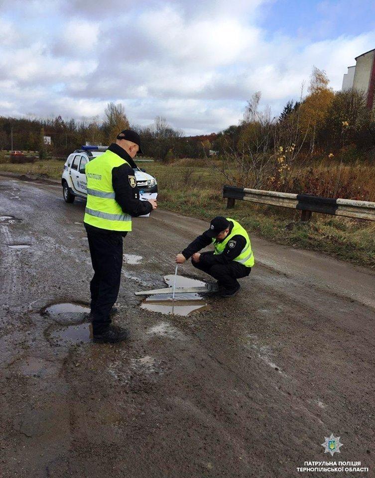 На Тернопільщині поліція міряє глибину ям на дорогах: кажуть, що так готуються до зими (фото), фото-1