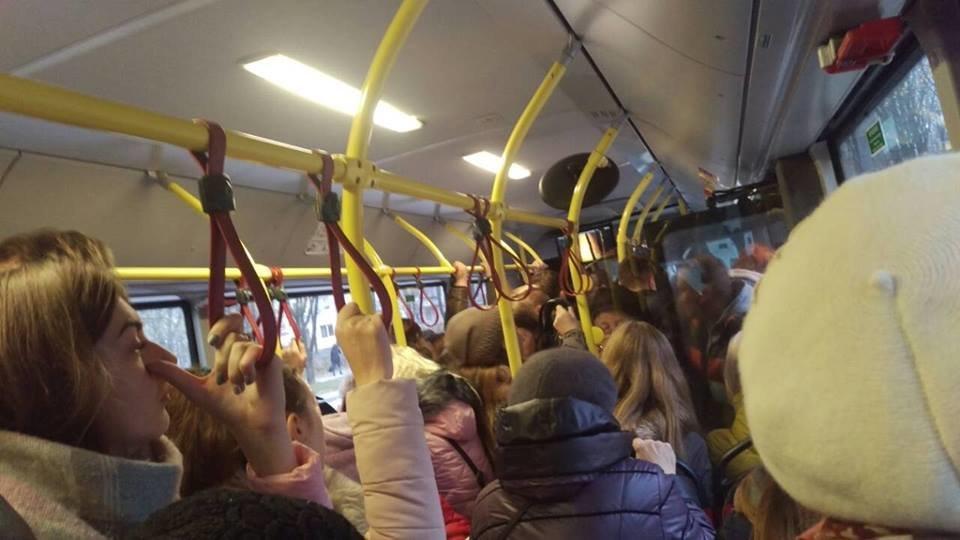 Люди злі, тролейбуси забиті: як тернополяни сьогодні добирались на роботу (фото), фото-1
