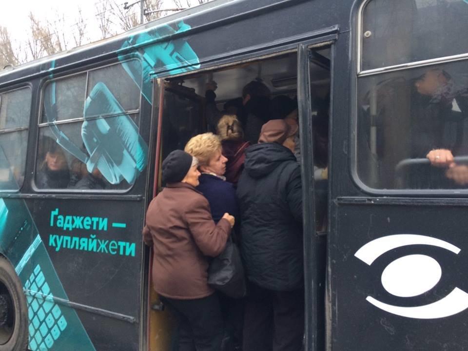 Люди злі, тролейбуси забиті: як тернополяни сьогодні добирались на роботу (фото), фото-3