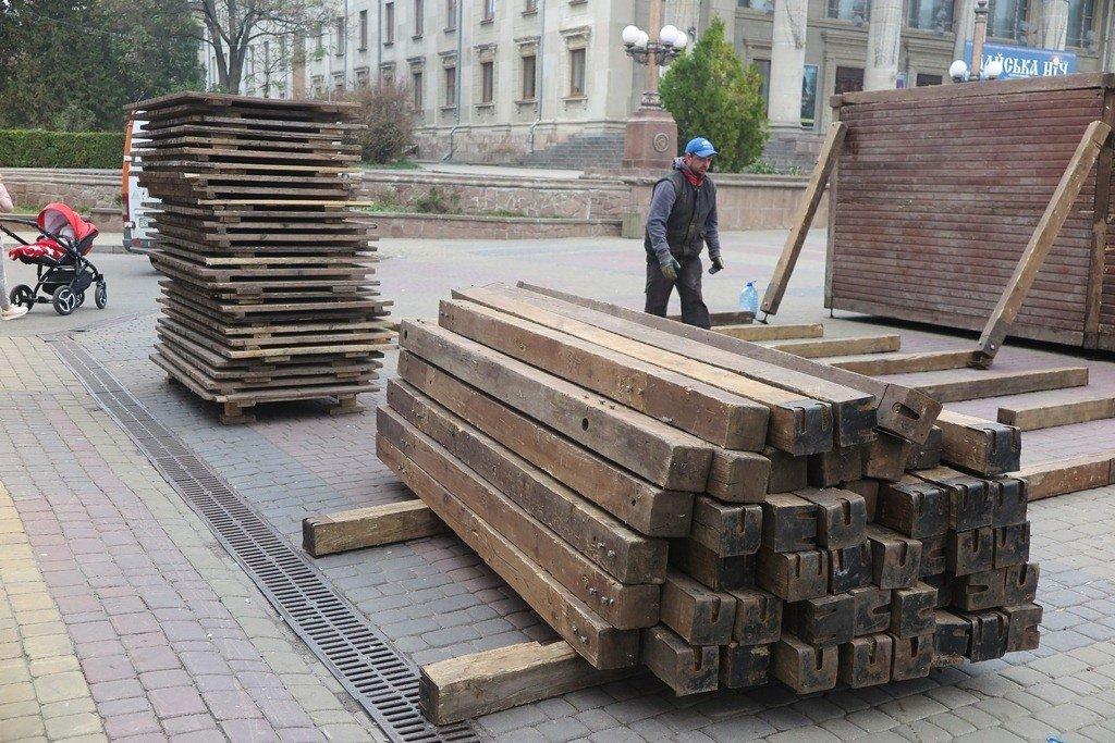 У Тернополі вже почали монтувати дерев'яні будиночки для «Зимового містечка» (фото), фото-2