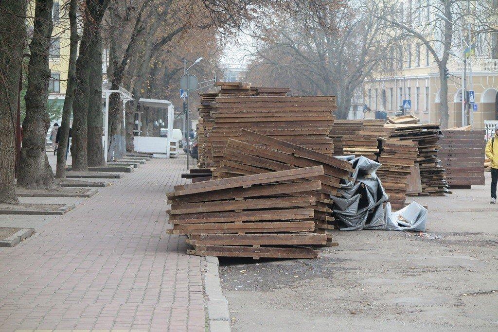 У Тернополі вже почали монтувати дерев'яні будиночки для «Зимового містечка» (фото), фото-3