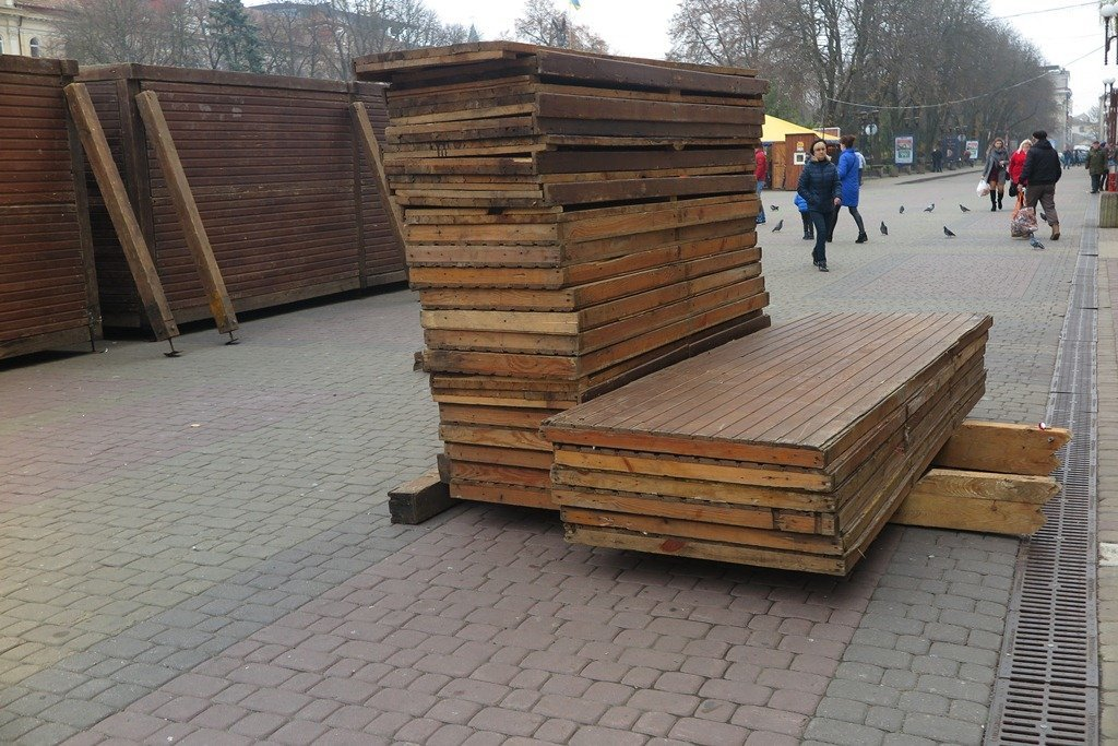 У Тернополі вже почали монтувати дерев'яні будиночки для «Зимового містечка» (фото), фото-4