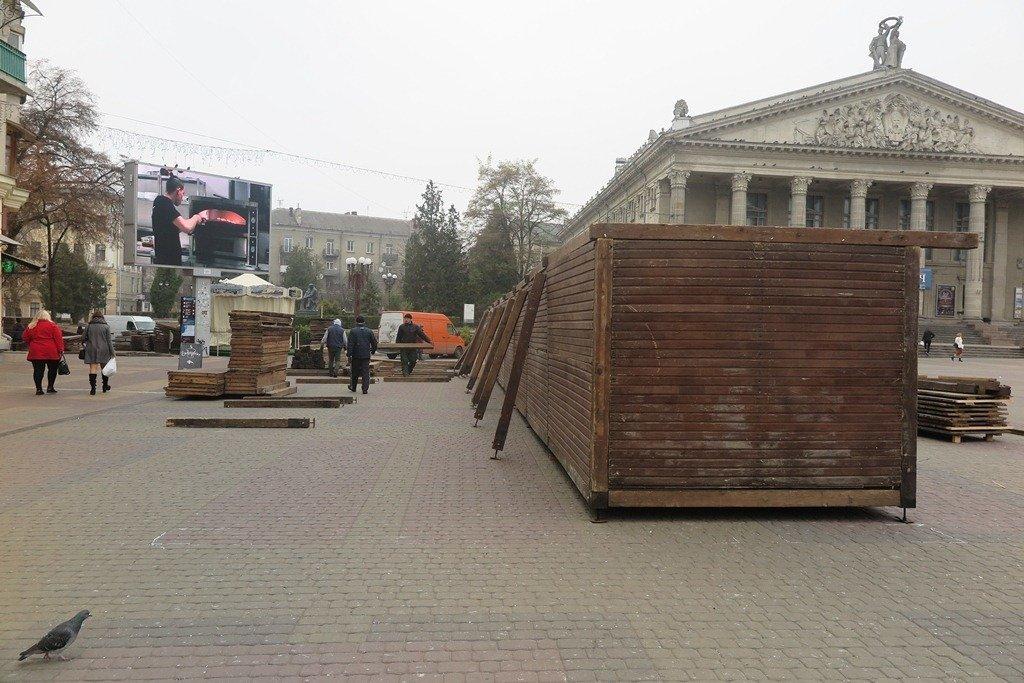 У Тернополі вже почали монтувати дерев'яні будиночки для «Зимового містечка» (фото), фото-1