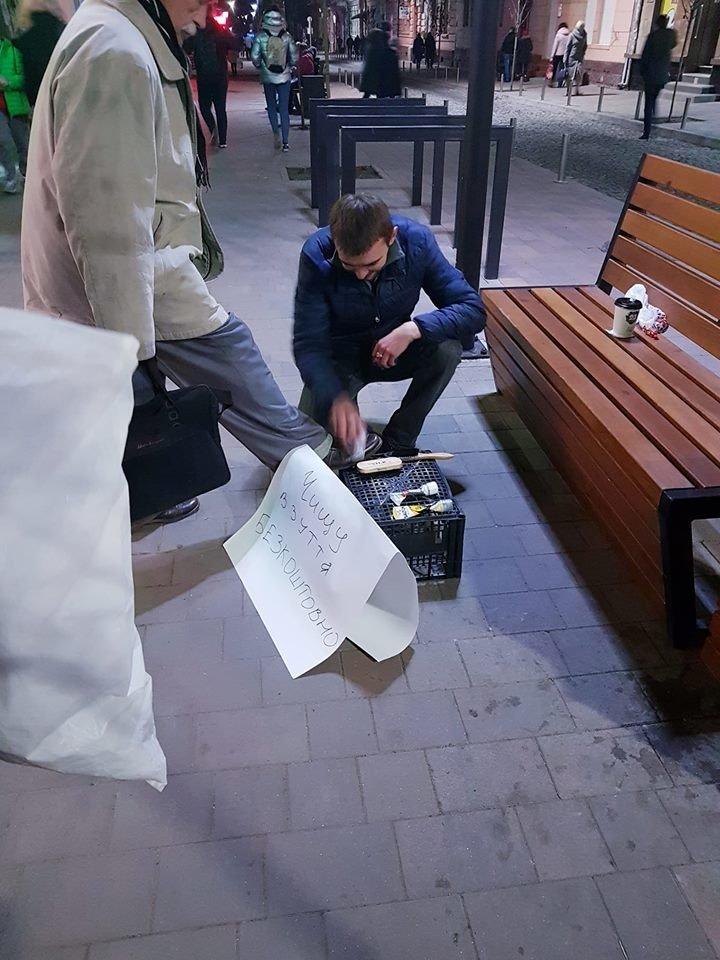Тернополяни заінтриговані чоловіком, який безкоштовно пастує перехожим взуття на вул. Чорновола (фото), фото-1