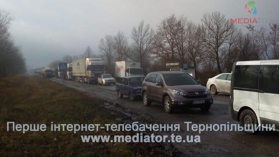На Тернопільщині люди перекрили дорогу, бо до їх села не їде жоден автобус (фото), фото-1