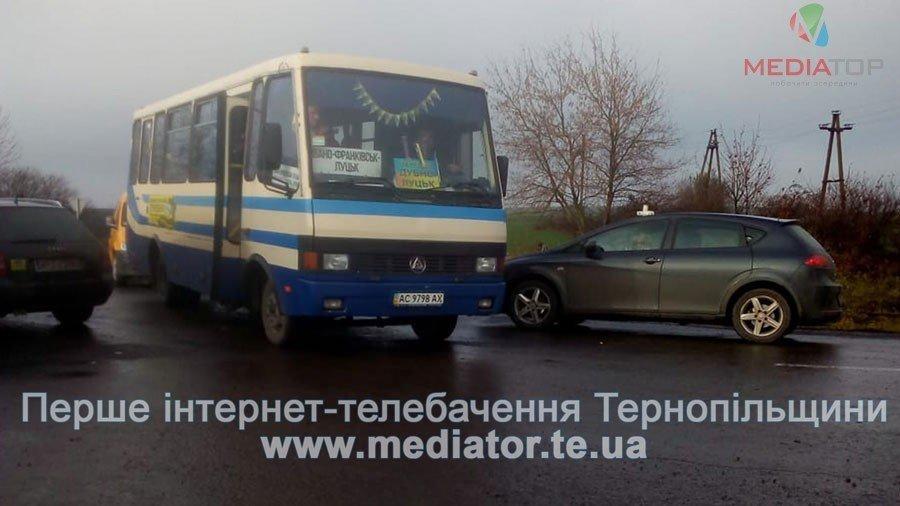 На Тернопільщині люди перекрили дорогу, бо до їх села не їде жоден автобус (фото), фото-2