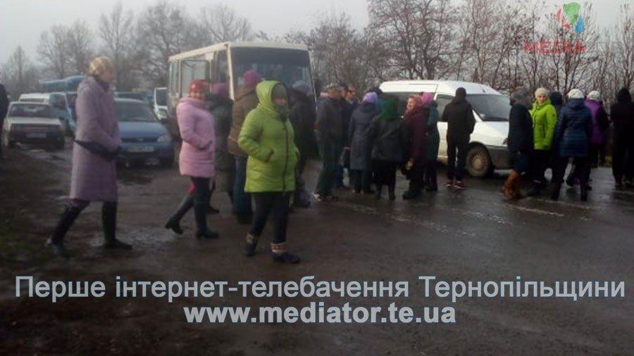 На Тернопільщині люди перекрили дорогу, бо до їх села не їде жоден автобус (фото), фото-5