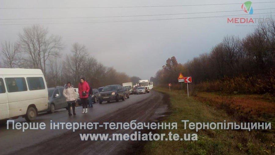 На Тернопільщині люди перекрили дорогу, бо до їх села не їде жоден автобус (фото), фото-6